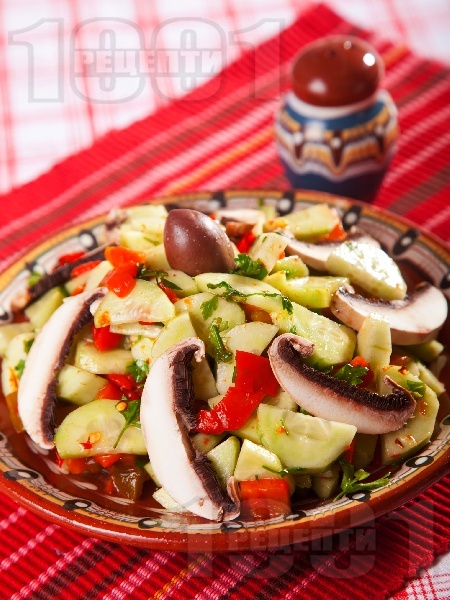 Селска салата с печени чушки, гъби печурки и краставици - снимка на рецептата